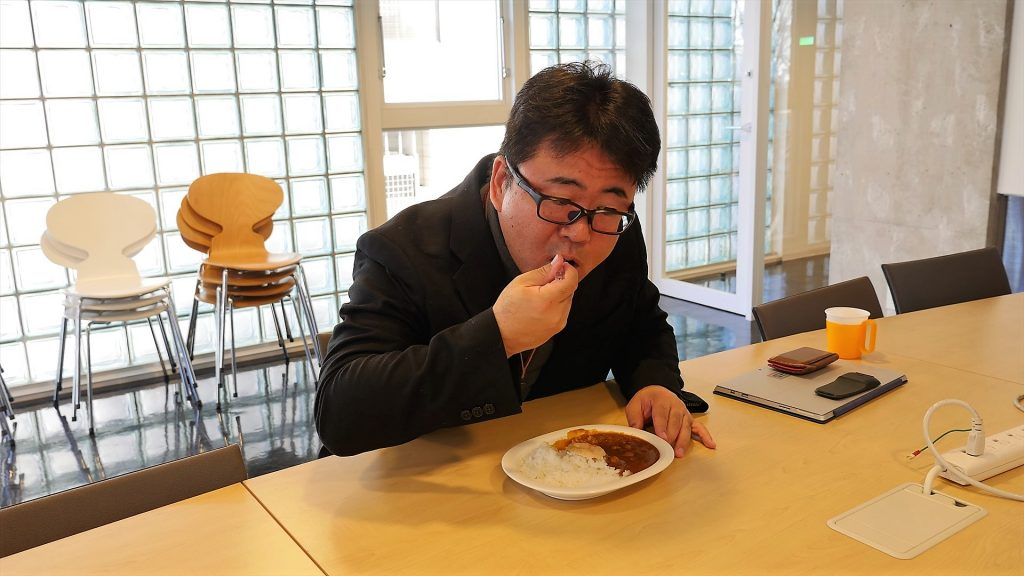カレーを食べる横山社長